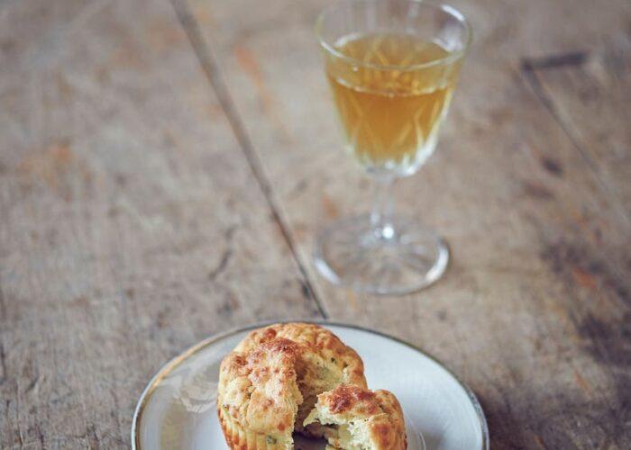 Muffins mit einem Glas Most